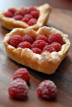 This is an image I pulled off of the coffeepearlsandpoetry blog, it did not have a recipe but it appears to be a simple raspberry tart made with puff pastry, fresh raspberries and a light dusting of powdered sugar. It charm is that it's heart shaped - and the puff pastry not only makes it light, fluffy and delicious but convenient considering that you can purchase puff pastry in the freezer department of your local super mkt ;) ;) Bon Appétit!