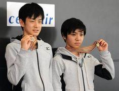 世界ジュニア選手権から帰国しメダルを手にする宇野昌磨(右)と山本草太