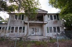 The McFadden Homestead, built near the shores of Lake Okeechobee in… Abandoned Property, Abandoned Churches, Old Abandoned Houses, Abandoned Mansions, Abandoned Places, Creepy Old Houses, Haunted Houses, Ghost House, Interesting Buildings