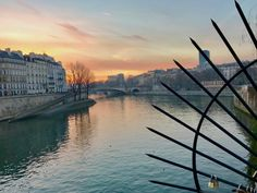 Very chilly but delicate sunrise by the Seine river earlier this morning: was poetry. And a warm baguette and croissant to follow were…well deserved. (à Île Saint-Louis)