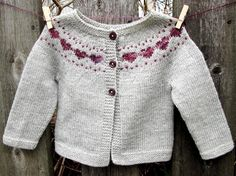 Baby Knitting Patterns Little Hearts is a simple baby cardigan that features a sweet colorwork heart yoke detail. Baby Cardigan, Cardigan Bebe, Cardigan Pattern, Crochet Cardigan, Baby Vest, Baby Knitting Patterns, Knitting For Kids, Baby Patterns