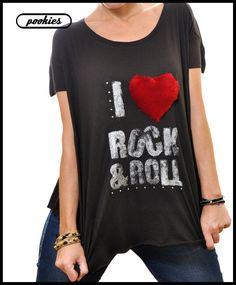 I ♥ R O CK & RO L L  Camiseta oversize negra con letras plata, tachuelas y corazón de pelo.
