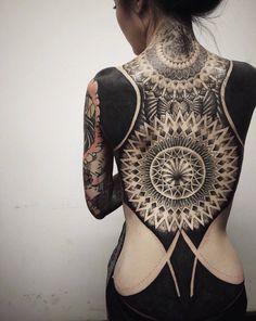 O visual é inspirado em tatuagens neotribais, que evoluíram a partir de antigas marcas tribais sagradas, de acordo com Lee.