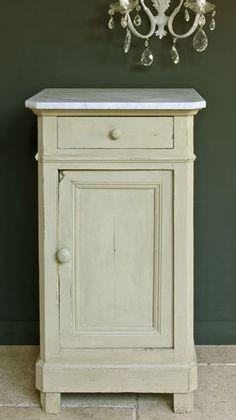 Annie Sloan Versailles is een verfijnde subtiele kleur, maar werkt ook heel erg goed met moderne meubelstukken. Versailles is een kleur die andere kleuren goed oppikt en verandert het karakter daarvan. Annie Sloan krijtverf Versailles  gaat goed samen met Old Violet, Emile, Primer Red en Henrietta.