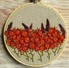 与中国传统刺绣的细腻、绚烂相比,绣绷画给我一种简单宁静,贴近生活的美。也许绣绷中只是绣上几朵小花,或是有意思的图案,甚至只是简单的一句话,都能让人感受到无限的创意与美感。请欣赏来自美国小镇的姑娘Lynn Furman的作品!