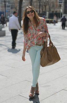 Nos encanta las blusas estampadas de flores! Perfecta combinacion con un pantalon en tonos menta, coral, blanco y turquesa...#vivamodaycasa#moda