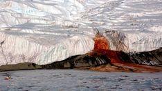 Le cascate di sangue, in Antartide, battezzate così per l'insolita colorazione rossa - alimentate da un bacino d'acqua ricco di sale e ferro sepolto sotto la coltre di ghiaccio: quando le sue acque risalgono in superficie, il ferro si ossida a contatto con l'ossigeno atmosferico, dando vita a questo spettacolare fenomeno.