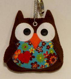 Esta corujinha é uma ótima opção para presentear. Pode ser usada como chaveiro ou para decorar bolsas e mochilas. Feita em feltro com aplicação em tecido e enchimento siliconado. R$ 20,00