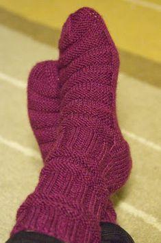 Kupla: Junasukat aikuiselle Knitting Socks, Knit Socks, Knit Fashion, Diy Clothes, Mittens, Knit Crochet, Hats, Pattern, Scarfs