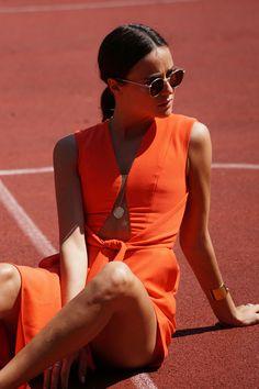 Heute bekenne ich zur Abwechslung wirklich mal Farbe. Das kommt dann ein mal im Schaltjahr vor, wenn Schnitt, Stoff und Farbe sich auf trotzdem schöne und subtile Art vervollständigen. So wie bei diesem wahnsinnig schönen Jumpsuit von Peggy Hartanto. Mehr gibts hier: http://www.blogger-bazaar.com/2016/06/07/red-jumpsuit/ Tennis, Orange, Girl, Blogger, Germany, Blogger Bazaar, Lena Lademann, Ray Ban, Summer, Inspiration