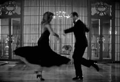 Fred Astaire et Rita Hayworth Fred Astaire, Golden Age Of Hollywood, Classic Hollywood, Old Hollywood, Shall We Dance, Lets Dance, Black And White Gif, Comedia Musical, Les Gifs