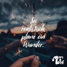 Visual Statements®️ Sei realistisch plane ein Wunder. Sprüche / Zitate / Quotes / Meerweh / reisen / Fernweh / Wanderlust / Abenteuer / Strand / fliegen / Roadtrip