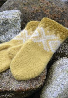 Ravelry: Marius tova votter free pattern by Sandnes Garn Knitted Mittens Pattern, Knit Mittens, Knitted Gloves, Knitting Patterns, Wrist Warmers, Hand Warmers, Knit Crochet, Crochet Pattern, Free Pattern