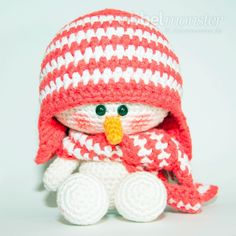 A cheeky crochet snowman is made easy with this free pattern. Once it gets cold the crocheted snowman Sven is sitting with his sleigh at the window and Crochet Patterns Amigurumi, Amigurumi Doll, Crochet Dolls, Cute Crochet, Crochet Baby, Handmade Christmas Presents, Crochet Snowman, Holiday Crochet, Crochet Animals
