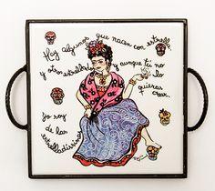 Bandeja Frida Kahlo com caveiras! #handmade #porcelana #porcelanadecorada #porcelanapersonalizada #decoração #decor #pintadoamão #feitoamão #brasil #brazil #homedecor #porcelain #FridaKahlo #Frida #skulls #caveiras #quote