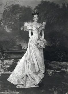 National Portrait Gallery - Dorothy Hyson by Cecil Beaton. Cecil Beaton frequently used as a background enlarged versions of rococo paintings from Watteau or Fragonard; here the background is from Fragonard's painting 'Le petit parc' Antique Photos, Vintage Pictures, Vintage Photographs, 1900s Fashion, Vintage Fashion, Rococo Painting, Charles Perrault, Fairytale Gown, Cecil Beaton