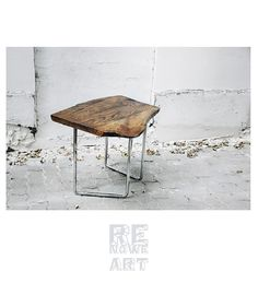 Ręcznie wykonany stolik kawowy z blatem z litego dębu i stalowymi nogami od ReNowe Art. Minimalistyczna industrialna forma doskonała dla nowoczesnych wnętrz.   (id produktu: 521194)