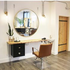 Want to open a salon? Here is what you should kno Home Hair Salons, Hair Salon Interior, Salon Interior Design, Home Salon, Salon Design, Small Hair Salon, Hair Salon Stations, Massage Room Decor, Beauty Salon Decor