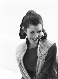 Empire Strikes Backstage: Intimate pictures of cast and crew during filming of second Star Wars movie I love this picture of Carrie Fisher (Leia). Carrie Fisher, Harrison Ford, Disfraz Star Wars, Merle Oberon, The Blues Brothers, Han And Leia, Leila, Cinema, The Empire Strikes Back