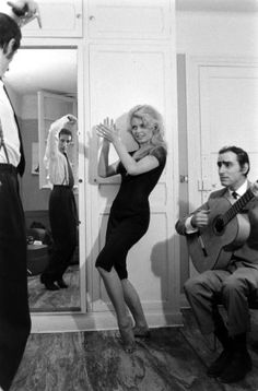 Брижит Бардо пляшет и веселится на съемках фильма «Женщина и паяц». Испания. 1958 г.
