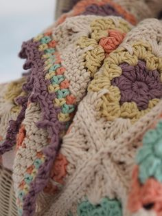 Florear blanket crochet pattern by betsymakes posh poms! a beautiful blanket and hat crochet pattern! Crochet Motifs, Granny Square Crochet Pattern, Crochet Borders, Afghan Crochet Patterns, Crochet Squares, Knitting Patterns, Blanket Crochet, Crochet Afghans, Ravelry Crochet