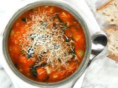 Toscansk soppa med svartkål och bönor   Recept från Köket.se Ciabatta, Japchae, Thai Red Curry, Soup Recipes, Zucchini, Ethnic Recipes, Food, Essen, Meals