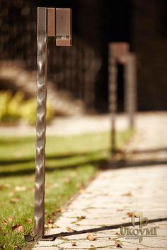 Schmiedeeiserner Ständer für eine Gartenlampe