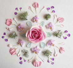 ✨✨ Feeling fresh and full of life! I love this flower mandala by Crystal Mandala, Crystal Grid, Crystals And Gemstones, Stones And Crystals, Crystal Drawing, Deco Nature, Wedding Art, Animal Tattoos, Sacred Geometry