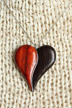 pendentif entre d'eux bijoux en bois