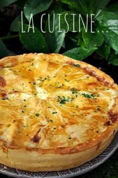 Potato, smoked bacon and reblochon pie - Doria& cuisine - It is a hearty and comforting dish … The dough 300 gr of flour 10 gr of Guérande salt 150 gr of - Potatoes In Oven, Potato Pie, Bacon Potato, Quick Healthy Breakfast, Savoury Baking, Smoked Bacon, Empanadas, Vegan Dinners, Pumpkin Recipes