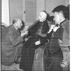 Il professore Luigi Gedda bacia la mano al cardinale Tedeschini seduto vicino al cardinale Cicognani.