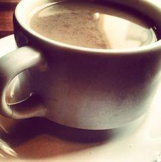 ''A necessidade básica do coração humano durante uma grande crise é uma boa xícara de café quente.'' (Alexander King) - Vem tomar um café bem quentinho com a gente!