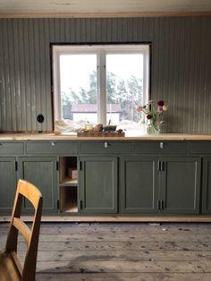 Brita Zackari - Part 6 Simple Interior, Beautiful Interior Design, Kitchen Interior, Kitchen Decor, Plain English Kitchen, Compact Living, Cottage Interiors, Green Kitchen, Minimalist Kitchen