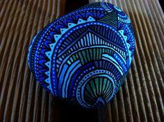 44, Galet peint à l'acrylique dans les tons, vert métallisé,bleu métallisé, bleu clair, bleu foncé
