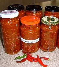 Domácí omáčka chilli Czech Recipes, Salty Foods, Pesto, Hot Sauce, No Cook Meals, Chili, Salsa, Frozen, Food And Drink