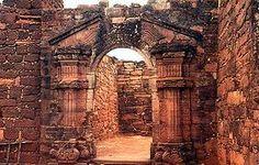 Pórtico barroco en las Ruinas de San Ignacio Miní. Argentina.