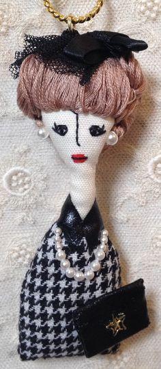 こちらの商品はmaaniiさんのオーダー品になります。サイズ…縦・約10.5cm(人形部分のみ)横・約3〜4cm素材…綿、刺繍糸、フェイクパール、チュール