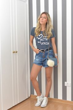 Nati Vozza do Blog de Moda Glam4You veste t-shirt e jeans em seu look casual.