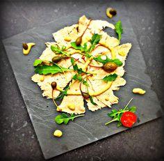 Vitello tonato… deze antipasto is afkomstig uit Piemonte (Italië), uitgegroeid tot een echte klassieker en intussen wereldberoemd. Anders dan nu, was de combinatie van vlees en vis toen eerder verrassend, maar wát een resultaat! De subtiele tonijnsmaak samen met het kalfsvlees, overheerlijk vind ik het. Tal van recepten van vitello tonato en evenveel bereidingswijzen, maar voor de …