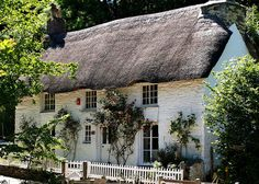 white washed English stone built cottage with thatched roof Country Cottage Garden, Fairytale Cottage, English Country Cottages, Storybook Cottage, Cute Cottage, English Countryside, Cottage Style, Cottage Gardens, Little Cottages