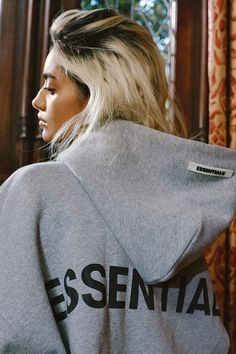 Fear of God ESSENTIALS Cozies up This Holiday 2019 in Fleeces, Hoodies & Sweatpants: Releasing in muted tonal colors fit for the season. Swag Outfits, Casual Outfits, Fashion Outfits, Hoodie Outfit, Sport Fashion, Lounge Wear, Streetwear, Thing 1, T Shirts For Women