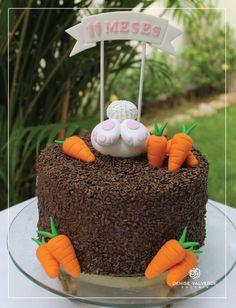 Olha que fofura o bolo de mêsversário de coelhinho s2 #DeniseValverde #bolo #mesversario #ipatinga Baby Cakes, Bunny Cupcakes, Easter 2020, Easter Party, Easter Recipes, Gum Paste, Cake Designs, Chocolates, Fondant