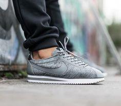 Estas snickers Nike Cortez grises son perfectas para combinar tanto con jeans, pantalones negros, como los que quieras... ¡una buenísima compra! #sneakers #nike #cortez #grises #combinación #moda #hombre