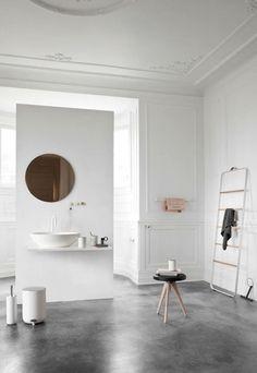 Banheiro branco clean decorado, puro design, com piso de cimento queimado