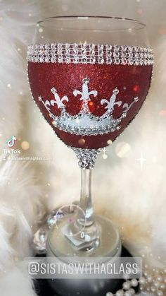 Glitter Wine Glasses, Diy Wine Glasses, Decorated Wine Glasses, Wine Glass Designs, Diy Resin Crafts, Wedding Glasses, Altered Bottles, Valentine Wreath, Wine Gifts
