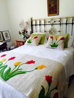 Pie de cama bordado Bed Covers, Hand Embroidery Designs, Silk Ribbon Embroidery, Embroidery Patterns, Embroidery Stitches, Patchwork, Floral Bedspread, Kalocsai, Mexican Embroidery