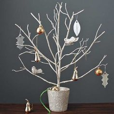 Unique Christmas Tree Decorating Design Reflecting Old Traditions and Contemporary Ideas Decorations Christmas, Unique Christmas Trees, Modern Christmas, Xmas Tree, White Christmas, Christmas Holidays, Christmas Crafts, Miniature Christmas, Holiday Tree