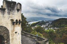 An dieser Stelle darf ich mal einen kleinen Exkurs wagen. Zwischen Bingen im Süden und Remagen im Norden gibt es entlang des Rheins mehr als 60 Burgen und Schlösser. Weltweit dürfte die Dichte an Bauten dieser Art nirgendwo so groß sein, wie am Mittelrhein. Zwei davon – die Marksburg und die Burg Sterrenberg – stelle ich im Blog kurz vor. . #rlperleben #romantischerrhein #bloggerwandern #rheinlandpfalzerleben #rheinlandpfalz Das Hotel, Sad Stories, Rhineland Palatinate, Castles, Clouds, Hiking