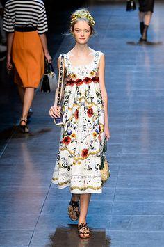 ccadfed42534 Scarves at Dolce   Gabbana   Pinterest   Dolce gabbana, Le foulard et  Printemps été 2016