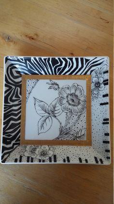 Il piatto Africa è dipinto a mano con la tecnica a pennino in bianco e nero. Ha una lavorazione sui bordi, effettuata a pennello che ricorda, su due lati, il manto delle zebre e sugli altri due lati prosegue con unalternanza di puntinato e fiori. Abbiamo mischiato lidea della fauna e della